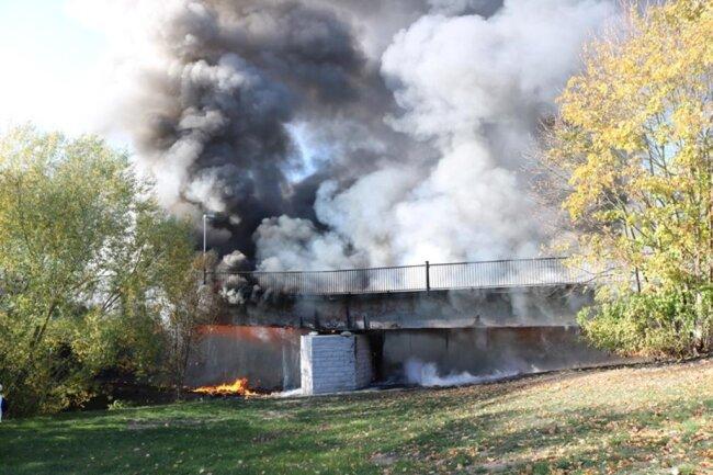 <p>Die Einsatzkräfte der Feuerwehren konnten gegen 16.10 Uhr von der abgebrannten Brücke abrücken.</p>