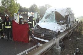 <p>Der Fahrer des VW-Transporters musste schwer verletzt ins Krankenhaus gebracht werden.</p>