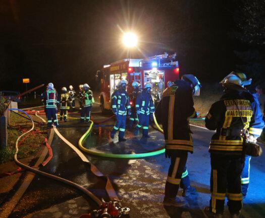 <p>Der Wind, der das Feuer immer wieder anfachte, machte den Feuerwehren Waldenburg und Oberwiera das Löschen schwer.</p>