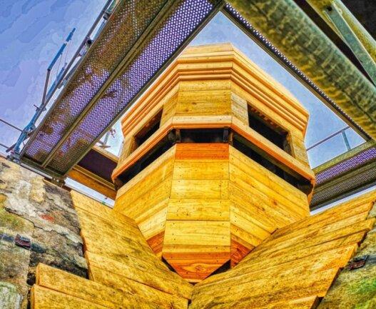 <p>Wellner-Gebäude 2: Der Uhren- und Glockenturm wird derzeit mit frischem Holz verschalt, das später noch eine Kupferummantelung erhält.</p>