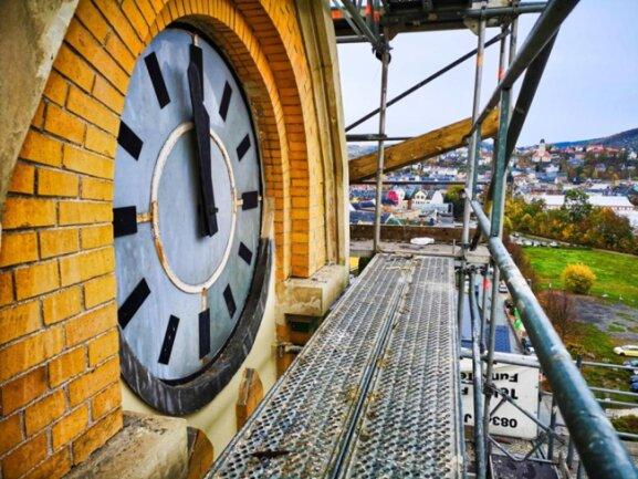<p>Wellner-Gebäude 1, Dach. Die Uhr im Glockenturm steht auf kurz vor Zwölf, was nach der Rettung des Hauses vor dem Verfall heute die baldige Fertigstellung symbolisiert. Die Uhr soll zum Schluss ebenfalls erneuert werden.</p>