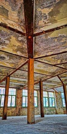 <p>Wellner-Gebäude 1, Erdgeschoss innen. Die Deckenkonstruktion besteht aus Stahlträgern.</p>