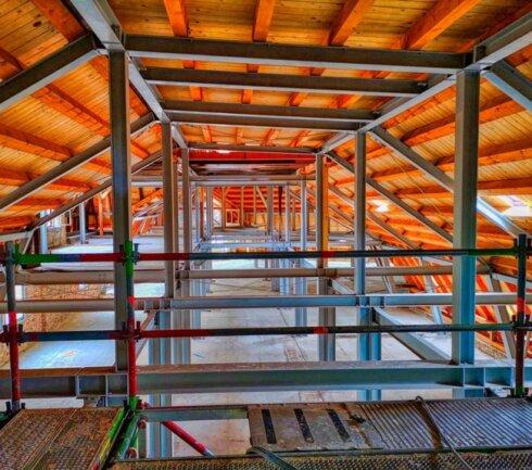<p>Wellner, Gebäude 1, Dachstuhl. Der alte Dachstuhl bestand ganz aus Holz. Da dieses marode war und eine Wiederherstellung die Sanierung immens verteuert hätte, entschloss sich die Stadt für einen Dachstuhl aus Stahl.</p>