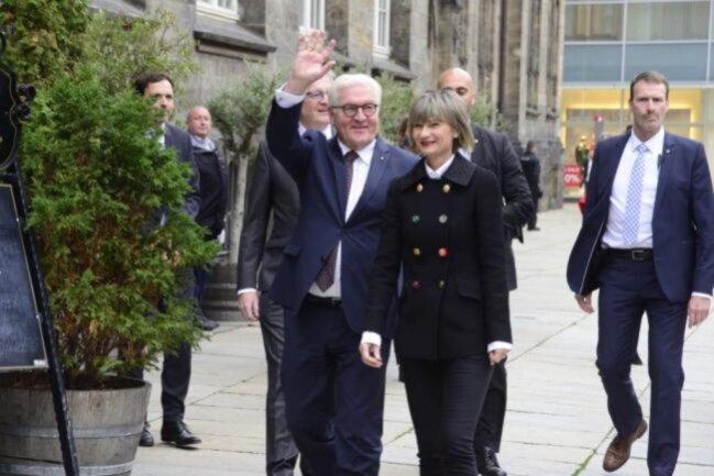 """<p><span class=""""img-info"""">Steinmeier wurde vor dem Rathaus von Oberbürgermeisterin Barbara Ludwig begrüßt.</span></p>"""