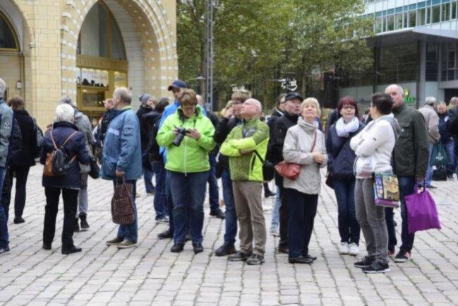 """<p><span class=""""img-info"""">Diese Passanten warteten auf dem Neumarkt darauf, Steinmeier zu Gesicht zu bekommen.</span></p>"""