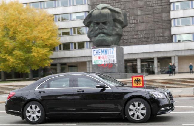 """<p><span class=""""img-info"""">Die Limousine des Bundespräsidenten vor dem Marx-Monument.</span></p>"""