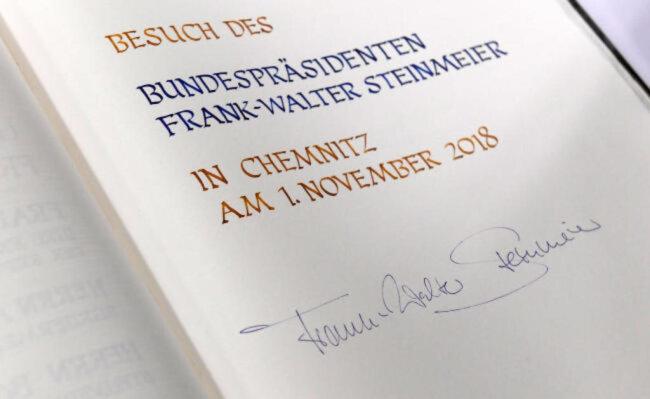 """<p><span class=""""img-info"""">Steinmeiers Eintrag ins Goldene Buch der Stadt. </span></p>"""