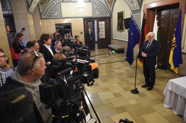 """<p><span class=""""img-info"""">Steinmeier vor Medienvertretern im Rathaus. </span></p>"""