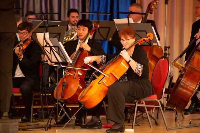 <p>Danach zünden dann zwischen erlesenen Menü-Gängen Solisten, Chor und Extraballett des Theaters gemeinsam mit der Erzgebirgischen Philharmonie ihr Bühnenfeuerwerk mit Ausschnitten aus dem aktuellen Programm der Spielzeit.</p>