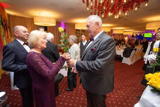 <p>Und auch bei der wird Vereinsvorsitzender Rolf-Jürgen Schubert wieder als Rosenkavalier agieren und alle Damen mit einer Rose begrüßen.</p>
