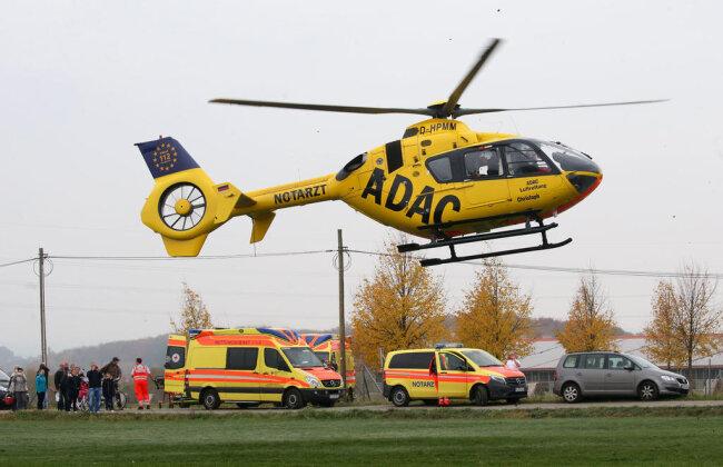 <p>Zwei der Verletzten wurden laut der Zwickauer Rettungsleitstelle mit Rettungshubschraubern in Spezialkliniken geflogen.</p>