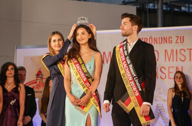 <p>Die Krone wurde von der amtierenden Miss Germany, Anahita Rehbein, überreicht.</p>