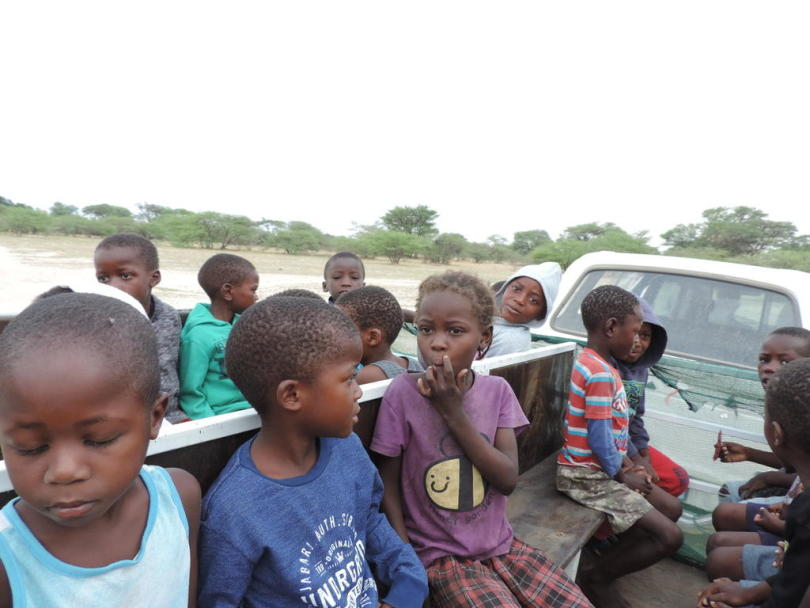 """<p>Morgens 6:30 warten die Vorschulkinder an drei verschiedenen Treffpunkten auf ihren """"Schulbus"""", der nun seit April durch Mayana fährt. Nach der Schule werden die Kinder wieder nach Hause gebracht.</p>"""