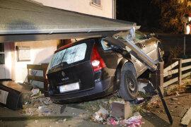 <p>Ein 47 Jahre alter Mann istam Mittwochabend in Chemnitz-Wittgensdorf mit seinem Renault von der Unteren Hauptstraßeabgekommen und mit dem Vorbau eines Wohnhauses kollidiert.</p>