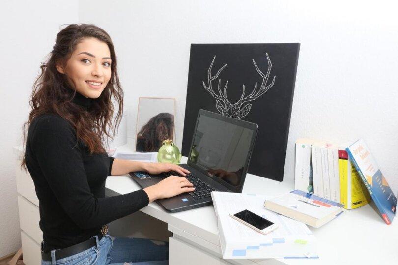 <p>Die 21-Jährige hat in Zwickau eine kleine Wohnung und gerade hat das dritte Semester ihres Marketing-Studiums begonnen.</p>