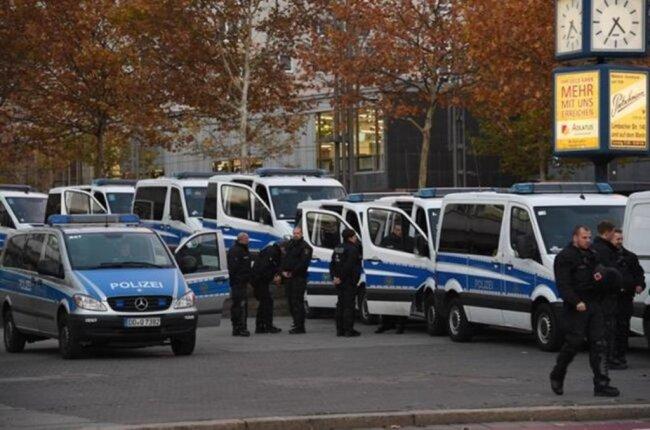 <p>Die Polizei war mit einem Großaufgebot präsent, um die Lager zu trennen.</p>