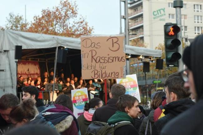 """<p>Etwa 500 Teilnehmer besuchten zu Beginn die Veranstaltung """"Aufstehen gegen Rassismus"""".&nbsp; Die Organisatorin der Kundgebung """"Aufstehen gegen Rassismus"""", Gabi Engelhardt, sprach von insgesamt 1000 bis 1200 Teilnehmern vom Nachmittag bis zum Abend.</p>"""