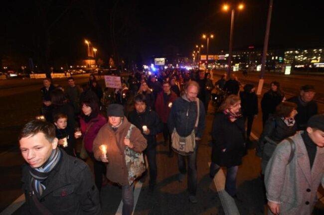 """<p>Mehrere Hundert Menschen versammelten sich am Abend zur Aktion """"Lichterwege"""".</p>"""