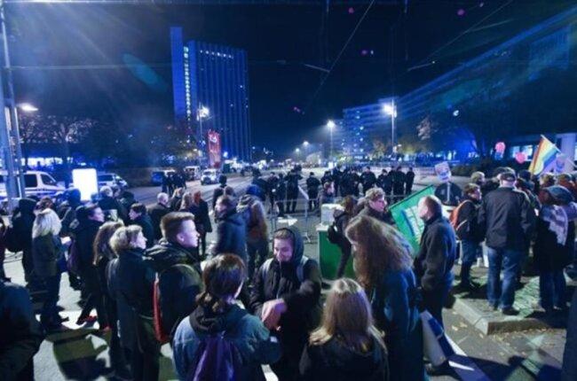 """<p>Mit Trillerpfeifen und Sprechchören wie """"Refugees are welcome here"""" versuchen Teilnehmer der """"Aufstehen gegen Rassismus""""-Kundgebung die Demonstration von Pro Chemnitz zu stören.</p>"""