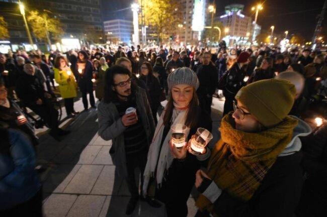 """<p>Teilnehmer der Aktion """"Lichterwege"""" am Stefan-Heym-Platz.</p>"""