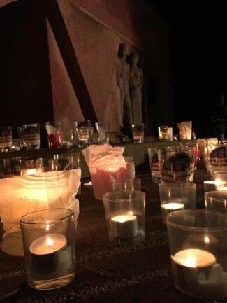"""<p>Zu Musik des Pianisten Jeffrey Goldberg stellten Teilnehmer der """"Lichterwege"""" ihre Kerzen am Mahnmal im Park der Opfer des Faschismus ab. """"Wir wollen nicht zu der stillen Masse gehören, die nichts hört, sieht und nicht darüber redet"""", sagte eine Rednerin mit Verweis auf einen """"Rechtsruck in der Bevölkerung."""" Zum Abschluss erklingt das Kaddish, eines der wichtigsten Gebete des Judentums, mit dem vor allem Verstorbener gedacht wird. Anschließend singen die Anwesenden gemeinsam das Lied """"Einmal"""" aus dem Musical """"Der Glöckner von Notre-Dame"""".</p>"""