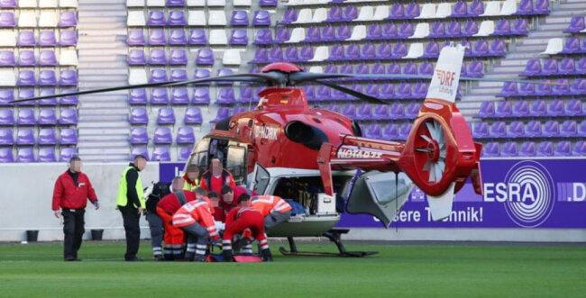 <p>Ein Rettungshubschrauber landete auf dem Spielfeld.</p>