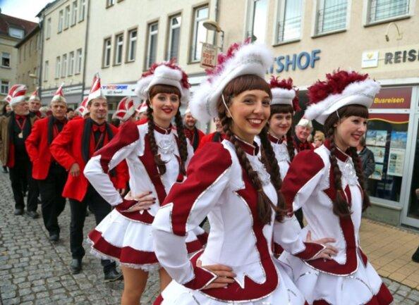 <p>Kleiner Umzug zum Glauchauer Rathaus am 11.11.</p>