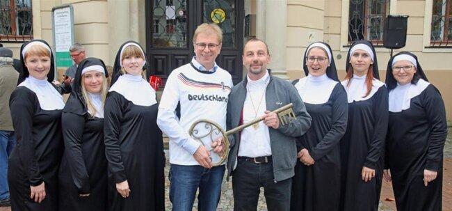 """<p>Gerd Klotzek und seine Nonnen vom Faschingsclub Blankenhain haben die Amtsgeschäfte von Crimmitschaus Oberbürgermeister André Raphael """"friedlich übernommen"""".</p>"""