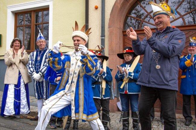 """<p>""""Skikaiser"""" Eule bekommt den Schlüssel von Bürgermeister Mirko Ernst zum Rathaus Oberwiesenthal.</p>"""