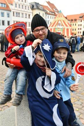 """<p>Die wahrscheinlich kleinsten Gäste auf dem Freiberger Obermarkt waren Kjell, Ian und Lieven (v.l) mit Papa Heiko Waida aus Freiberg. Für meine Kinder ist heute die """" Faschingspremiere """" .</p>"""