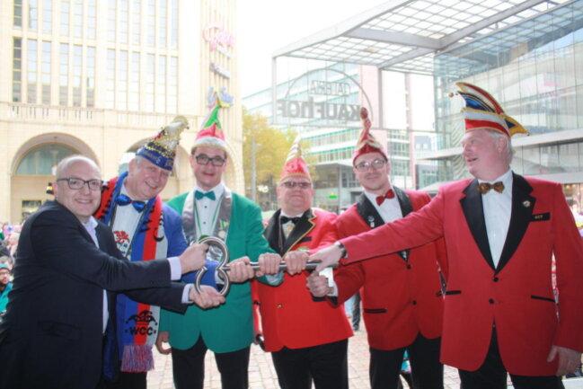 <p>Bürgermeister Sven Schulze übergab den Rathausschlüssel an die Chemnitzer Karnevalisten.</p>
