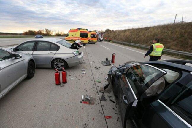 <p>Offenbar ebenfalls wegen tiefstehender Sonne fuhr zeitgleich ein 28-jähriger Skoda-Fahrer auf einen Renault einer 54-Jährigen. Beide Fahrer wurden leicht verletzt. Schaden: 5000 Euro.</p>