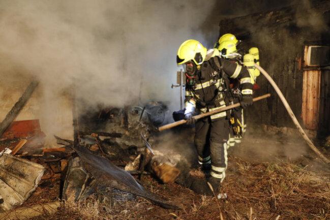 <p>Spezialisten sollen am Mittwoch nach der Ursache für die Brände suchen.</p>
