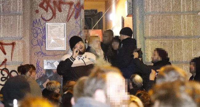 """<p>Der Sänger von """"Feine Sahne Fischfilet"""", Monchi, bat die Konzertgäste, Ruhe zu bewahren. Man müsse die Drohung ernst nehmen und hoffe, das Konzert nach Abschluss des Polizeieinsatzes fortsetzen zu können.</p>"""
