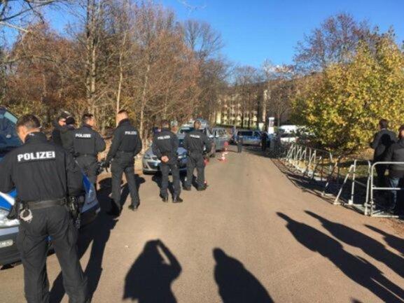 <p>Sicherheitsschleuse - am Hartmannplatz werden Ankömmlinge von der Polizei kontrolliert.</p>