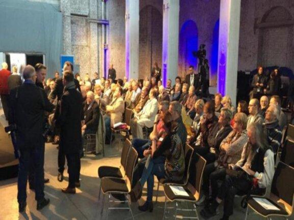 <p>Eine Stunde vor Start der Leserdiskussion mit Merkel ist die Hartmannfabrik bereits gut gefüllt gewesen.</p>
