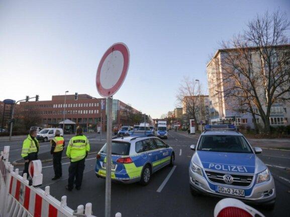 <p>Ein Blick auf die abgesperrte Hartmannhalle von der Theaterstraße aus.</p>
