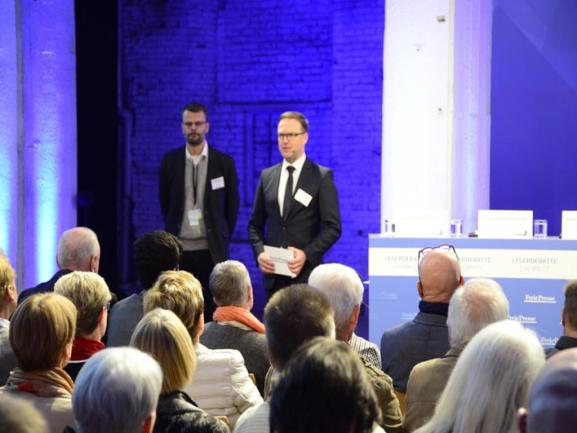 <p>Chefredakteur Torsten Kleditzsch (Mitte) und der Chemnitzer Redaktionsleiter Swen Uhlig begrüßen die Teilnehmer der Leserdebatte.</p>