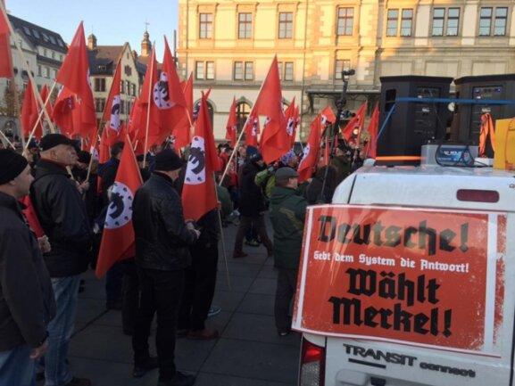 <p>Rund 150 Teilnehmer zählte die Anti-Merkel-Kundgebung gegen 16 Uhr am Hauptbahnhof. Sie wollten anschließend zur Pro-Chemnitz-Demo an die Hartmannstraße ziehen.</p>