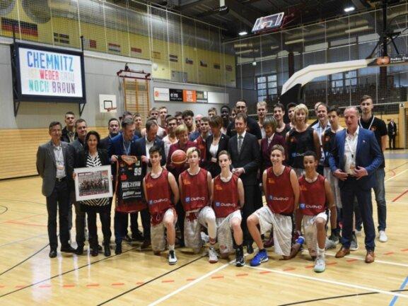 <p>Gruppenfoto mit Angela Merkel und den Niners, OB Barbara Ludwig und Sachsens Ministerpräsident Michael Kretschmer</p>