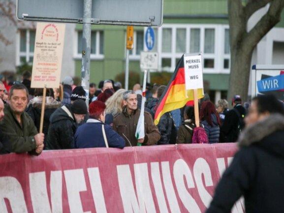 <p>16.20: Die Demo von Pro Chemnitz am Hartmannlatz erhielt immer mehr Zulauf.</p>