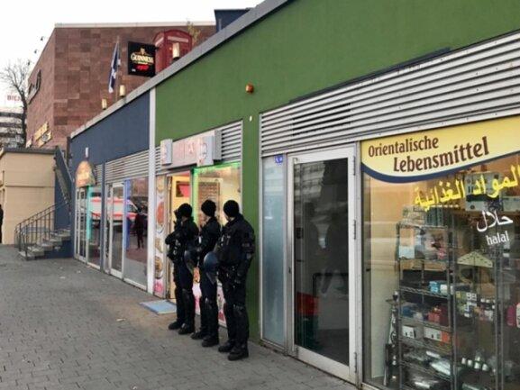 <p>Polizisten bewachten ausländische Geschäfte am Terminal 3 in der Innenstadt.</p>