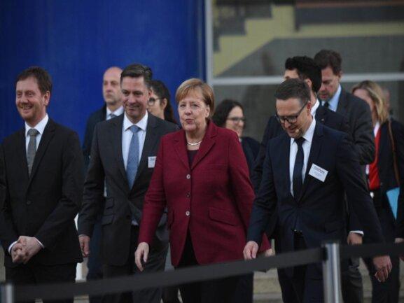 """<p>""""Freie Presse"""" Chefredakteur Torsten Kleditzsch (rechts) und Geschäftsführer Ulrich Lingnau (2.von links) geleiten Angela Merkel und Ministerpräsident Kretschmer zum Lesergespräch.</p>"""