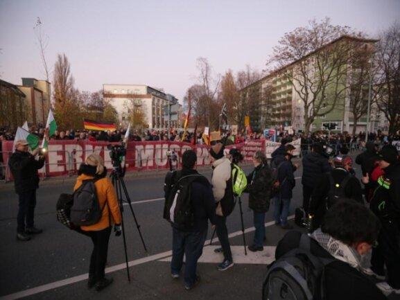 <p>Gegen 16.30 Uhr: Während die Kanzlerin in der Hartmannfabrik diskutiert, versammelten sich etwa 200 Merkel-Gegner an der Hartmannstraße.</p>