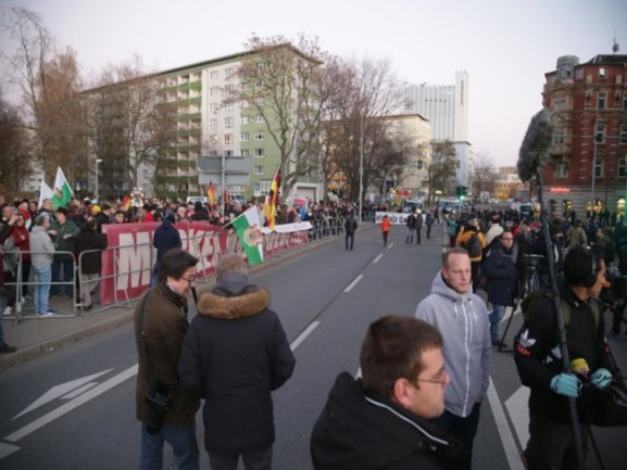 <p>Für 17 Uhr hatte Pro Chemnitz an der Hartmannstraße zu einer Kundgebung aufgerufen.</p>