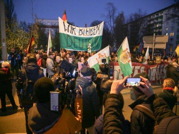 <p>Die Polizei gab die Zahl der Teilnehmer auf der vereinigten Anti-Merkel-Kundgebung zunächst mit 500 bis 550 an.</p>