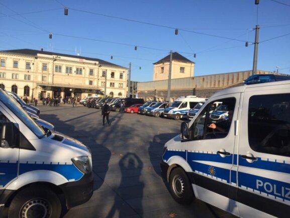 <p>Gegen Mittag am Hauptbahnhof: Viel Polizei, noch ist alles ruhig.</p>