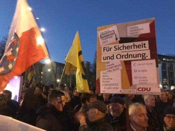 <p>Unter den Demonstranten an der Hartmannstraße wurde eine Flagge der rechtsradikalen Identitären Bewegung geschwengt.</p>
