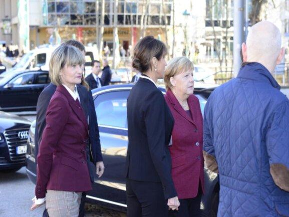 """<p>Barbara Ludwig beim Empfang der Kanzlerin: """"Ob der heutige Besuch von Angela Merkel mehr als eine Geste und für unsere Stadt eine Unterstützung ist, lässt sich noch nicht sagen"""", so die OB zuvor in einer Pressemmitteilung.</p>"""