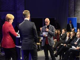 <p>Kurz vor 17 Uhr nähert sich die Diskussion ihrem Ende. Dieser Leser zeigte sich enttäuscht von der CDU-Politik der letzten Jahre und fragte, wann Merkel zurücktritt.</p>